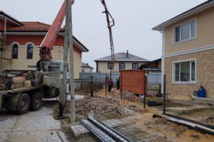 Заливка бетона с помощью бетононасоса